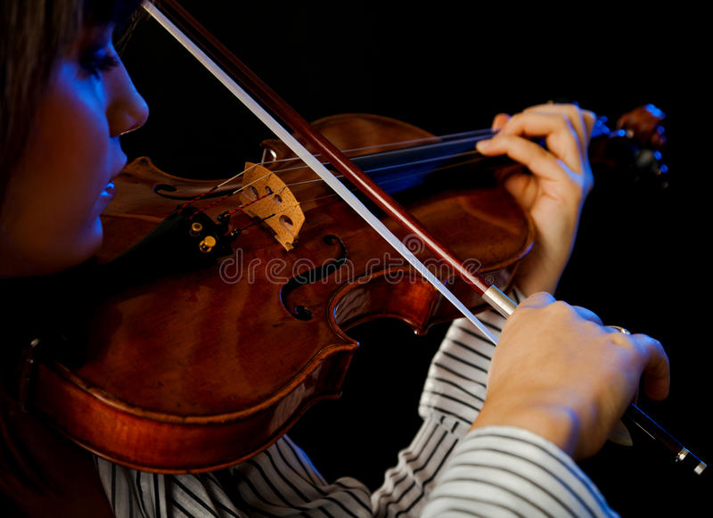 Violinista de sexo femenino joven imagen de archivo
