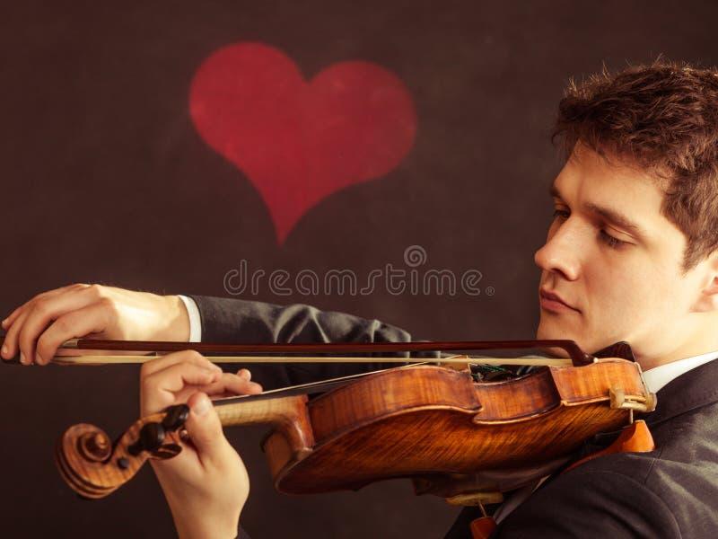 Violinista del hombre que toca el violín. Arte de la música clásica imagenes de archivo