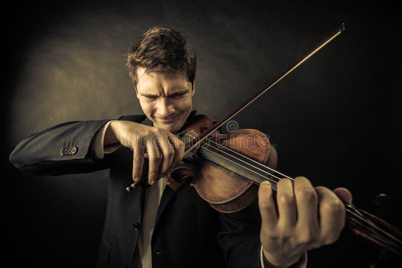 Violinista del hombre que toca el violín. Arte de la música clásica fotos de archivo