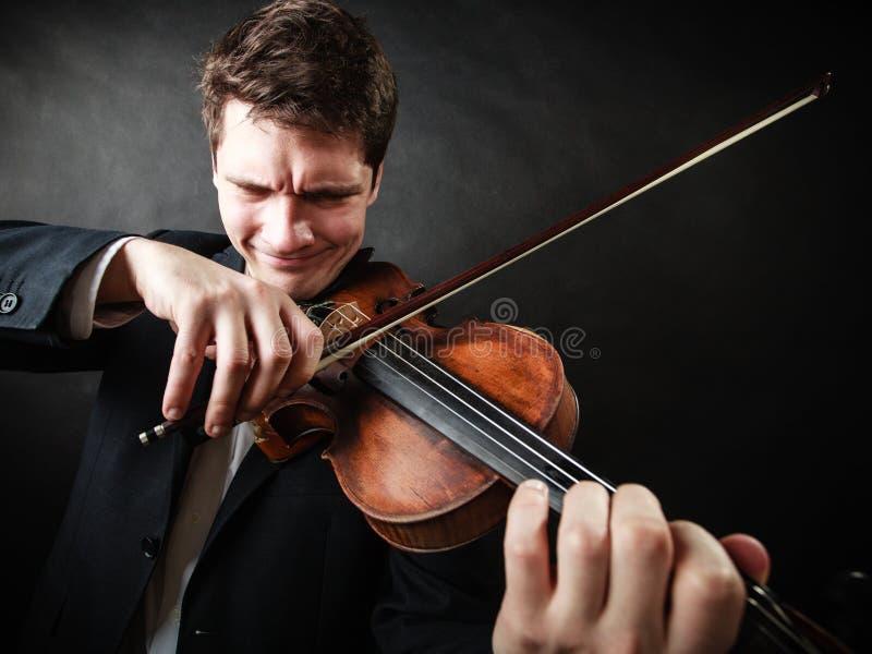 Violinista del hombre que toca el violín. Arte de la música clásica imágenes de archivo libres de regalías