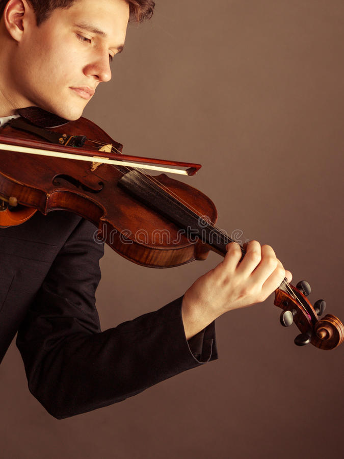 Violinista del hombre que toca el violín Arte de la música clásica imágenes de archivo libres de regalías