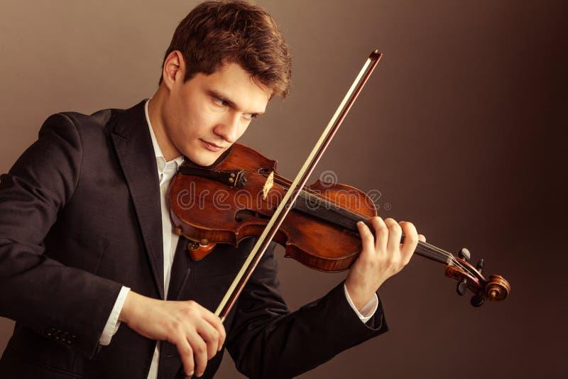 Violinista dell'uomo che gioca violino. Arte di musica classica fotografia stock
