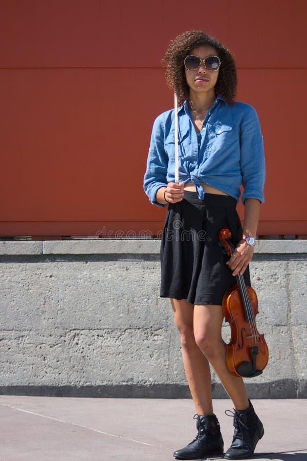 Violinista fêmea Biracial que levanta com instrumento fotografia de stock