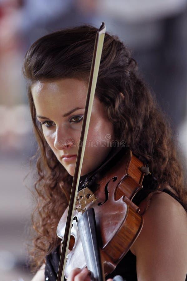 Violinista - gioco della giovane donna fotografia stock