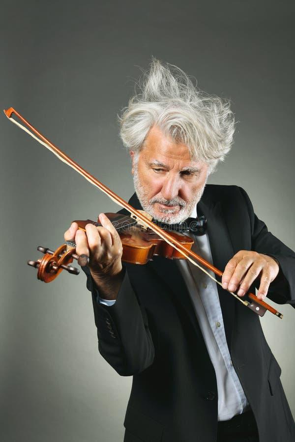 Violinista mayor con los pelos blancos del trastorno fotos de archivo libres de regalías