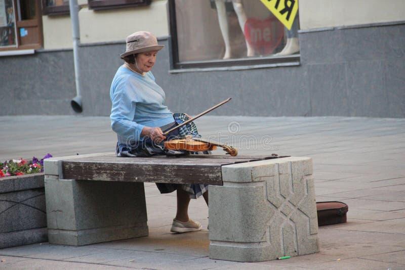 Violinista Moscow da senhora idosa imagens de stock
