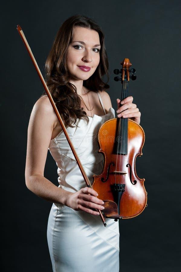 Violinista no fundo preto imagem de stock