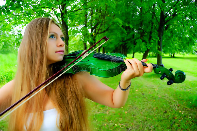 Violinista novo foto de stock