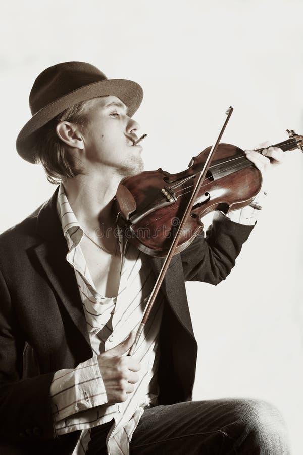 Violinista novo que joga ao violino imagem de stock royalty free