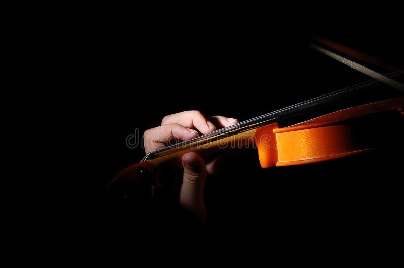 Violinista oscuro que canta imagen de archivo libre de regalías