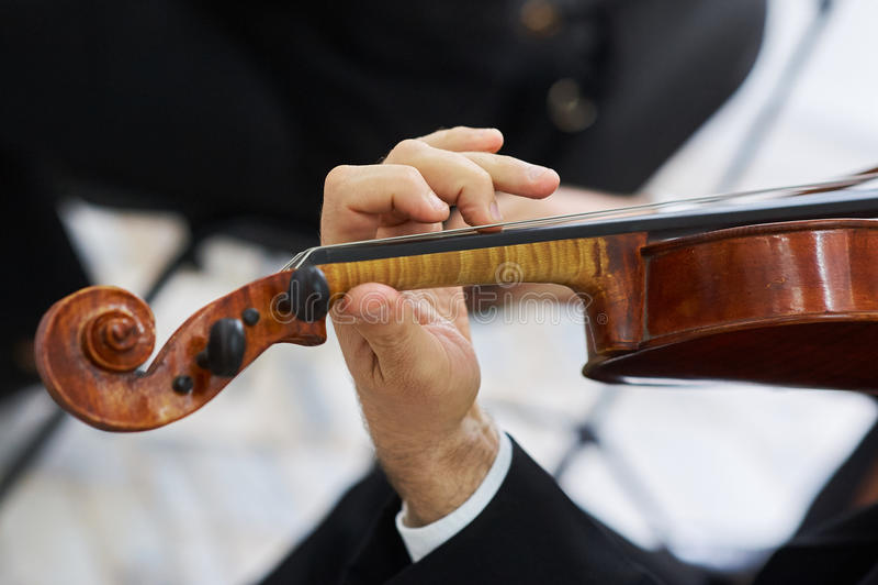 Violinista Playing Classical Violin dos homens fotos de stock royalty free