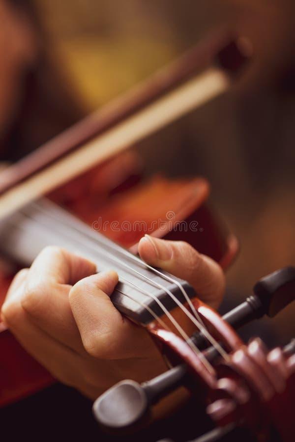 Violinista que toca el violín en fondo del aire libre foto de archivo libre de regalías