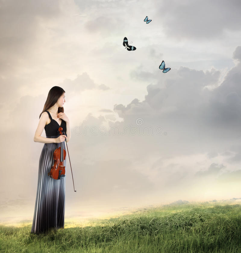 Violinista su una parte superiore della montagna fotografie stock libere da diritti