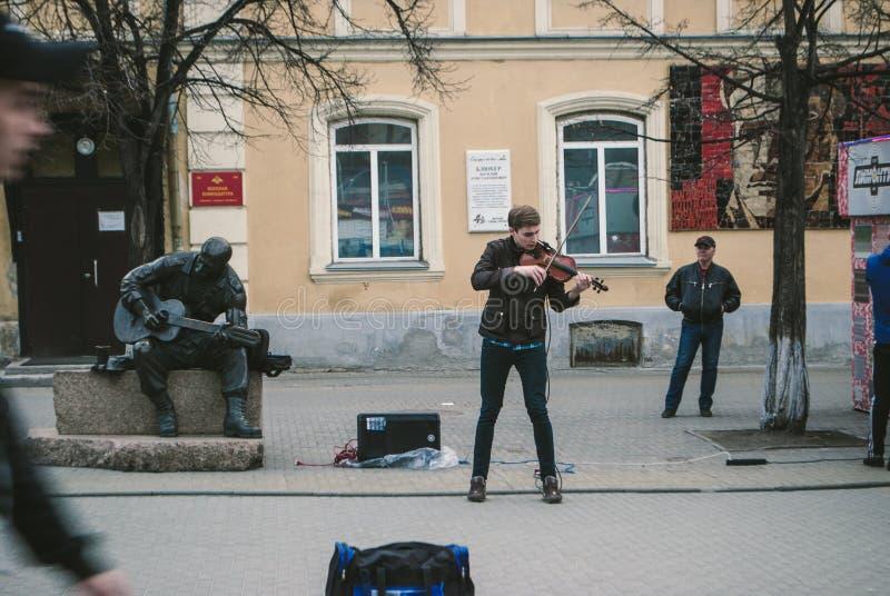 Violinisten spelar för förbipasserande på arbaten i Chelyabinsk arkivbilder