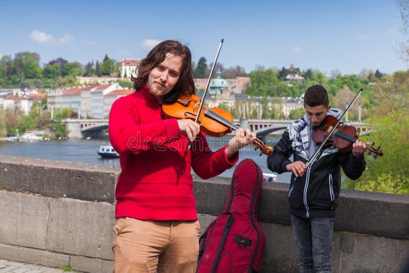 Violinister gatamusiker utför arkivfoton