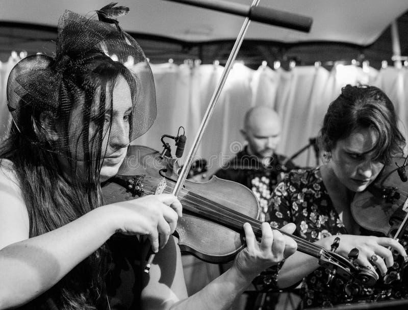 Violinister som spelar Klezmer på en konsert på den judiska kulturfestivalen som årligen vars värd i Kazimierz, Krakow, Polen arkivbilder