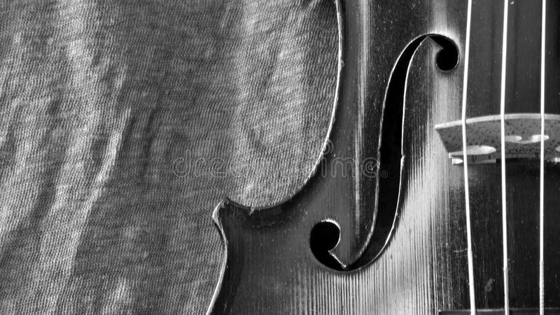 Violino antico e primo piano in bianco e nero di tela fotografie stock