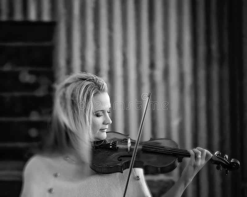 Violino antico francese di Playing 1893 femminili del musicista fotografie stock libere da diritti