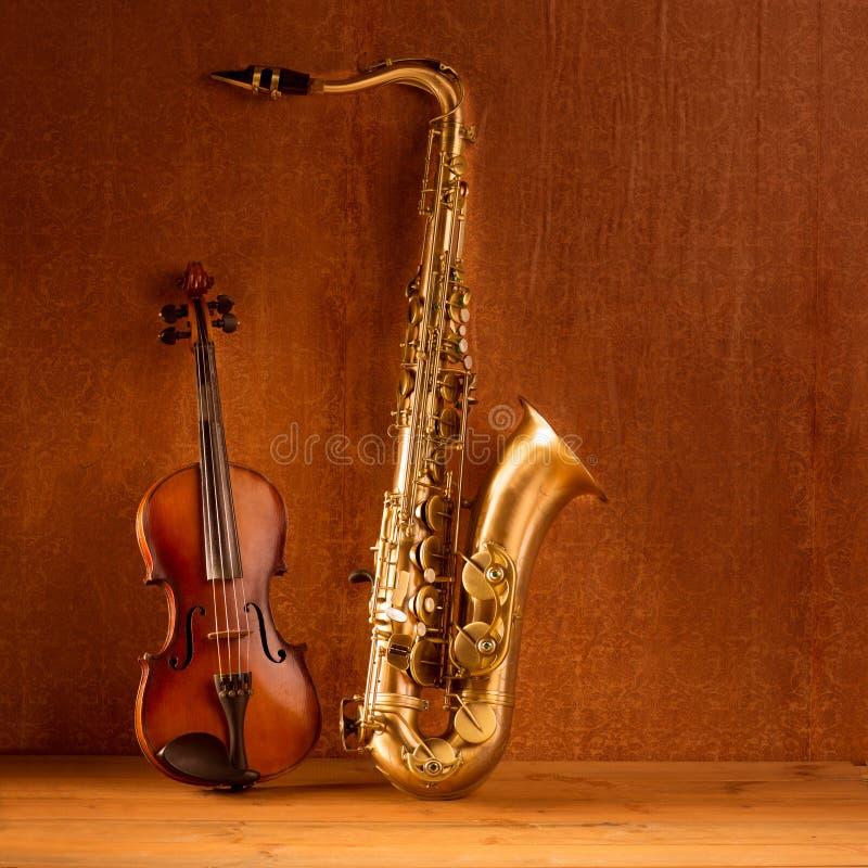Violino clássico do saxofone do conteúdo do saxofone da música no vintage fotografia de stock