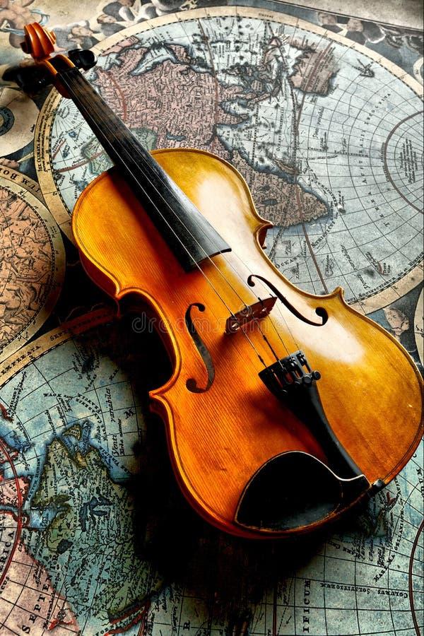 Violino clássico no worldmap fotos de stock