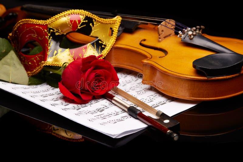 Violino, cor-de-rosa e notas fotos de stock