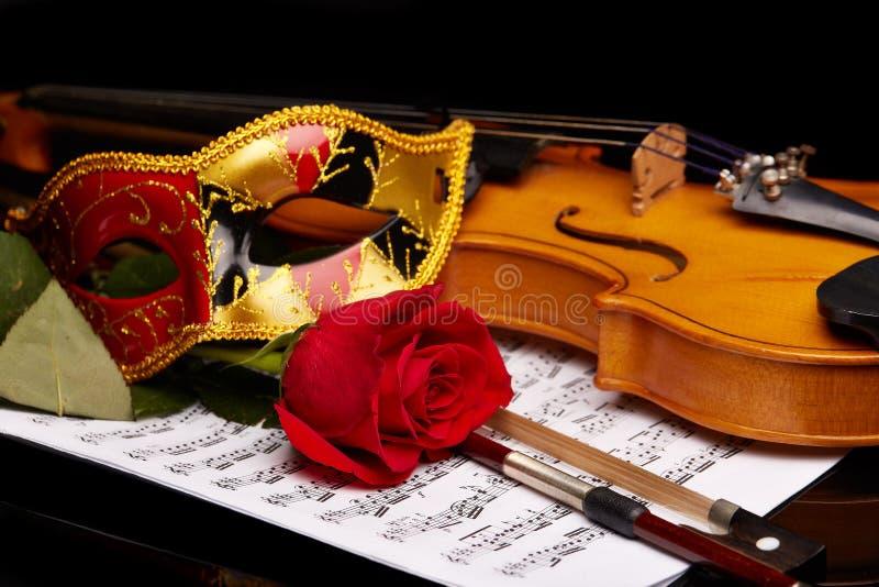 Violino, cor-de-rosa e notas foto de stock royalty free