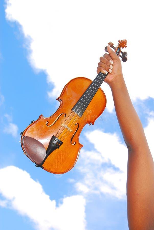 Violino da terra arrendada da mão preta imagens de stock