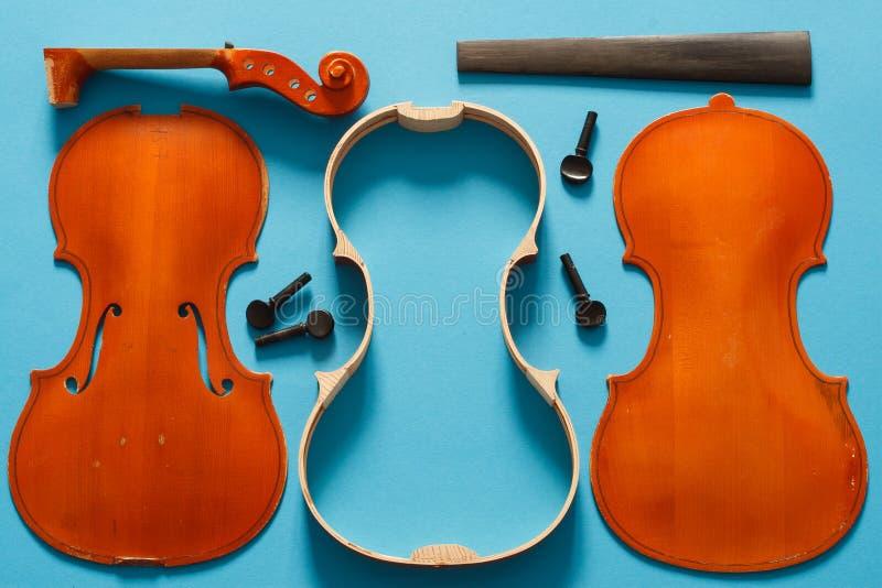Violino de Luthier desmontado e todas as partes em ordem fotografia de stock