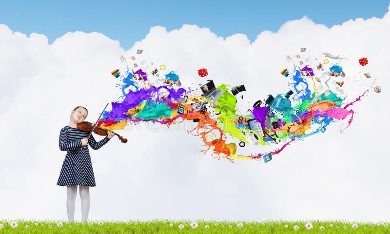 Violino do jogo da menina da criança imagem de stock royalty free