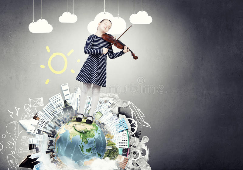 Violino do jogo da menina da criança foto de stock