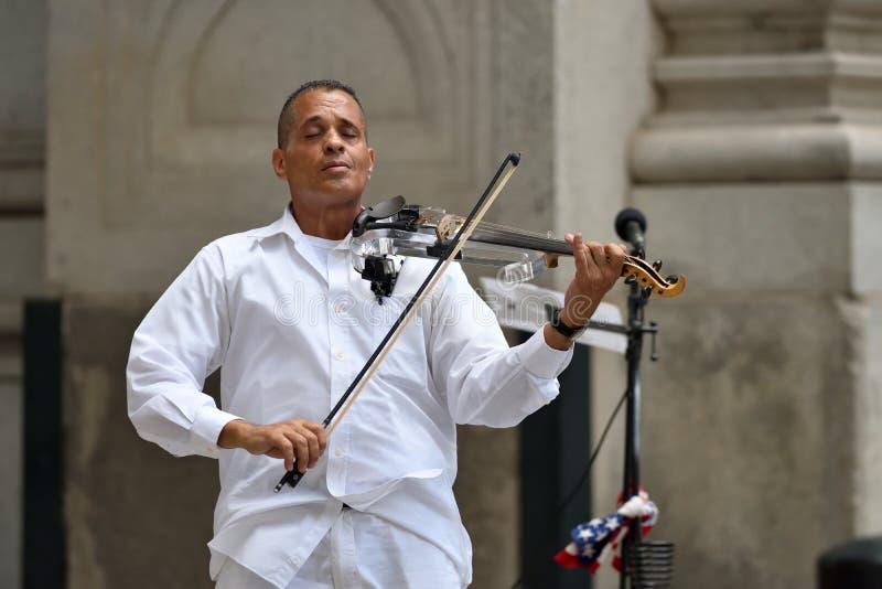 Violino do jogo do músico em mais baixo Manhattan, NYC imagens de stock royalty free