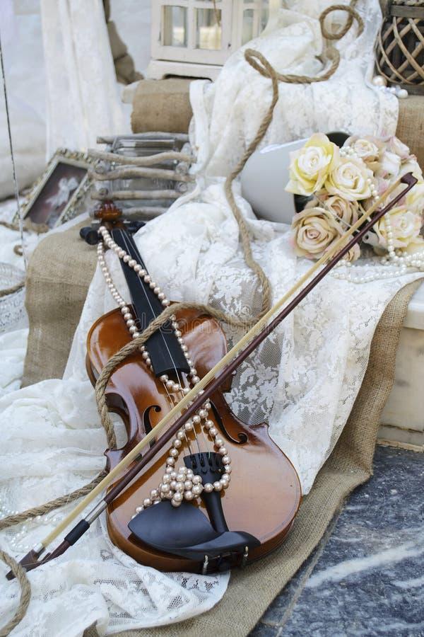 Violino do vintage na decoração do casamento imagem de stock royalty free