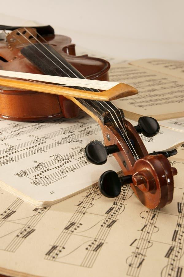 Violino e notas musicais fotos de stock royalty free