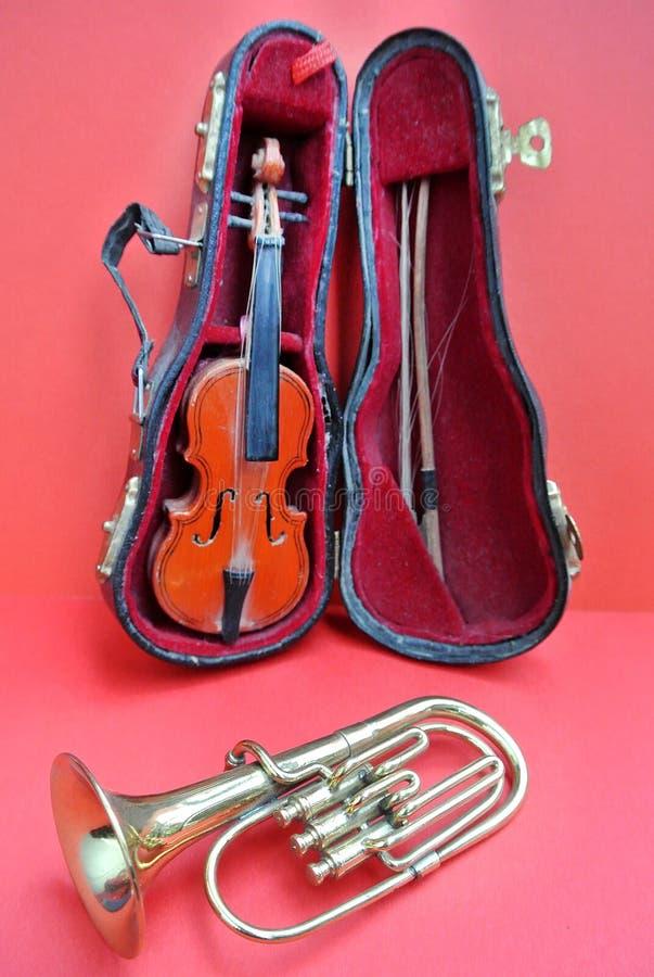 Violino e trombeta imagens de stock royalty free