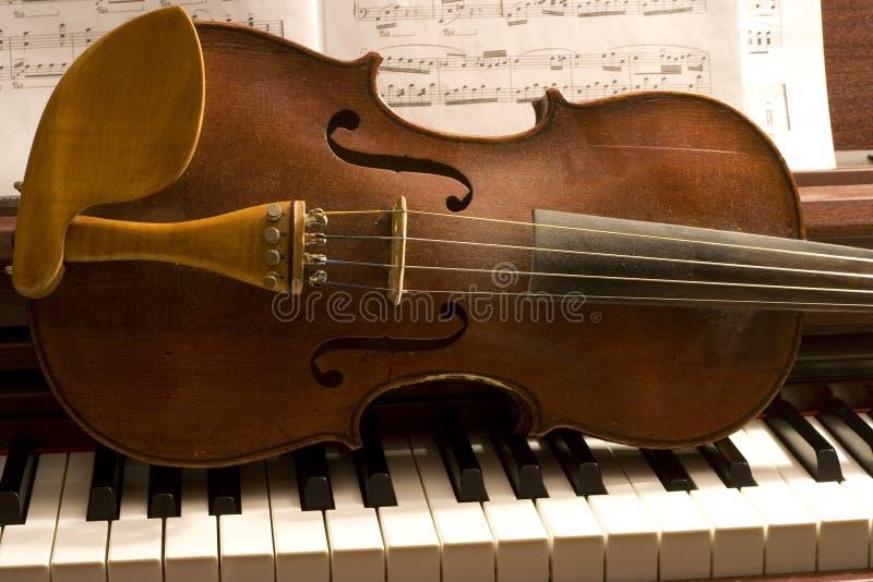 Violino em chaves do piano fotos de stock royalty free