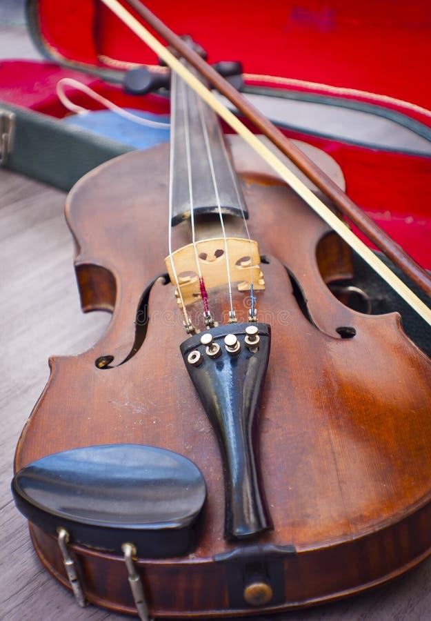 Violino em seu caso imagens de stock royalty free