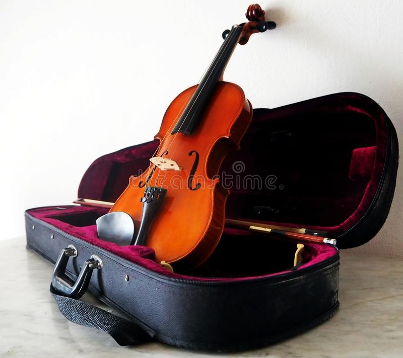 Violino em sua caixa preta fotos de stock