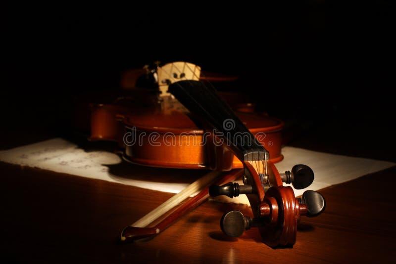 Violino em um fundo preto Partitura e curva foto de stock royalty free