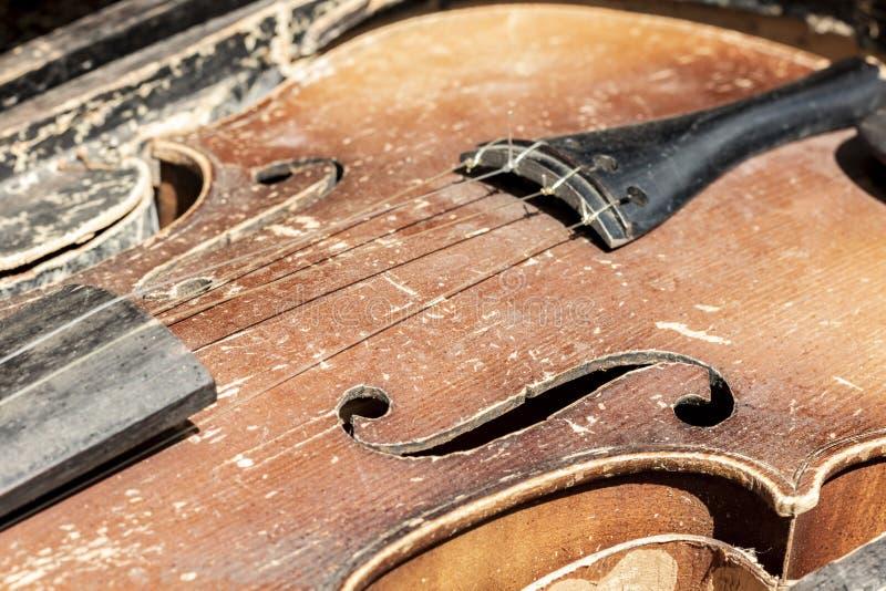 Violino gasto velho do vintage Imagem da peça do close-up com ataque superior, F-furos, cintura foto de stock
