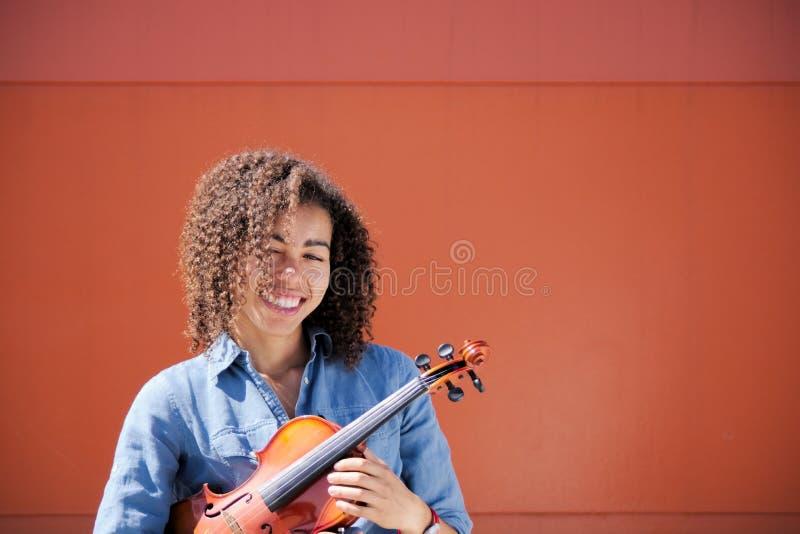 Violino guardando fêmea novo sob o braço imagens de stock royalty free