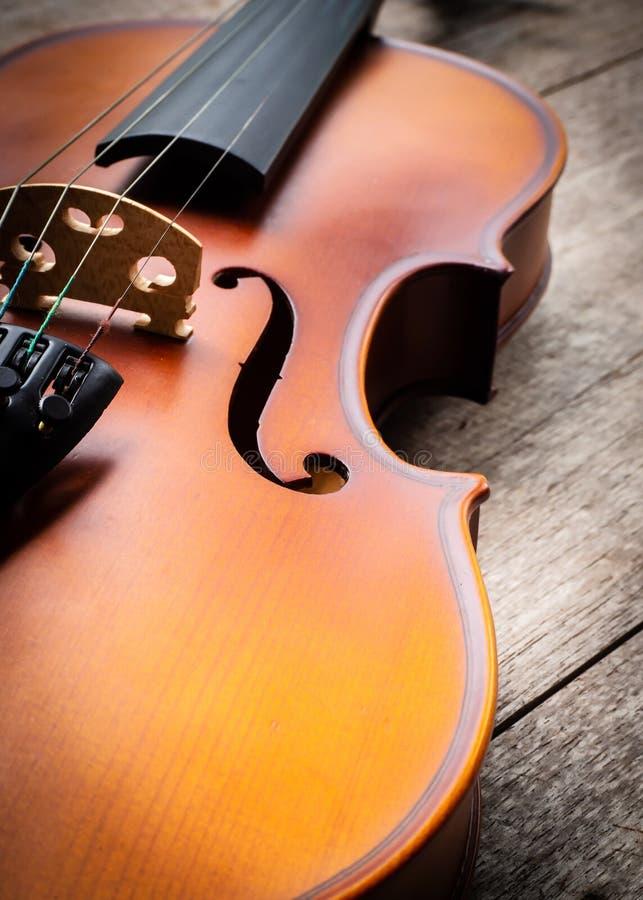 Violino marrom do close up no fundo de madeira Backgro da arte e da música imagem de stock royalty free