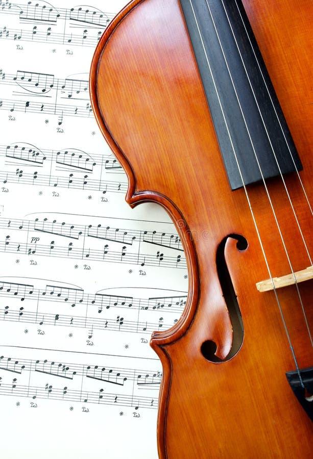 Violino na música de folha Fim acima Vista superior fotografia de stock