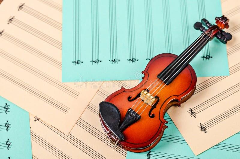 Violino na nota das folhas vazias imagem de stock royalty free