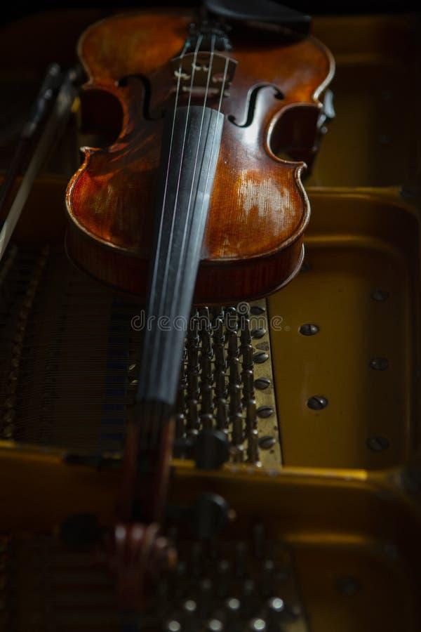 Violino no estilo do vintage no fim de madeira do fundo acima imagem de stock royalty free