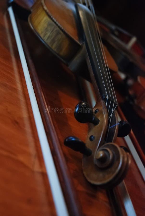 Violino no estilo do vintage no fundo de madeira fotografia de stock royalty free