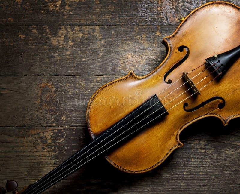 Violino no fundo de madeira fotos de stock royalty free