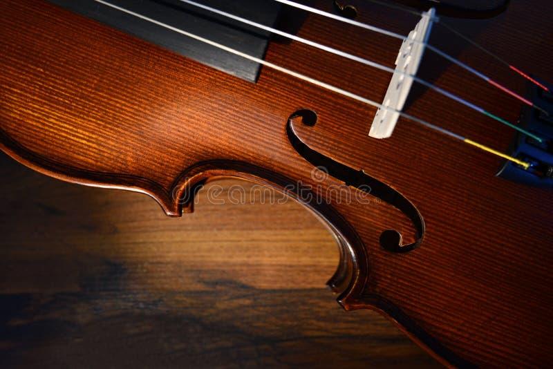 Violino no fundo escuro imagem de stock