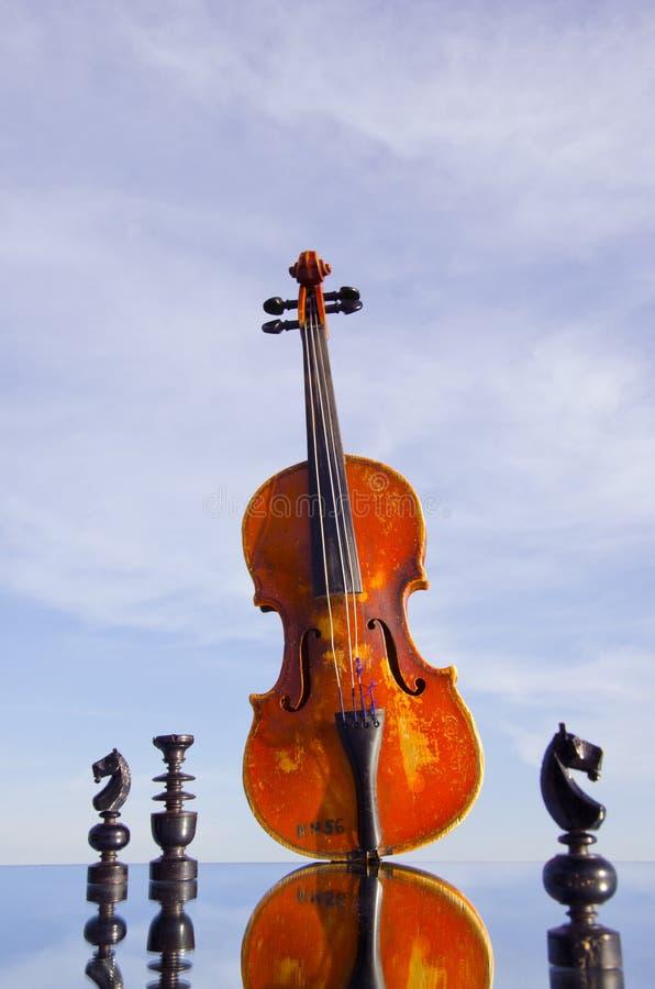 Violino preto da xadrez e do vintage fotos de stock royalty free