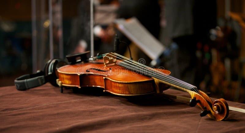 Download Violino No Estúdio Da Música Com Auscultadores Foto de Stock - Imagem de desempenho, equipamento: 29827902