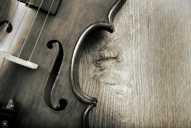 Violino su un fondo di legno in bianco e nero Fine in su Copi gli spazi immagine stock libera da diritti